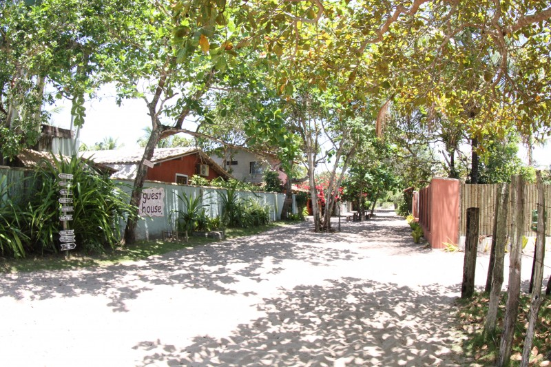 ruas de areia e arvores em Caraiva