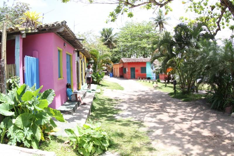 a vila de caraiva com as casas coloridas e ruas de areia