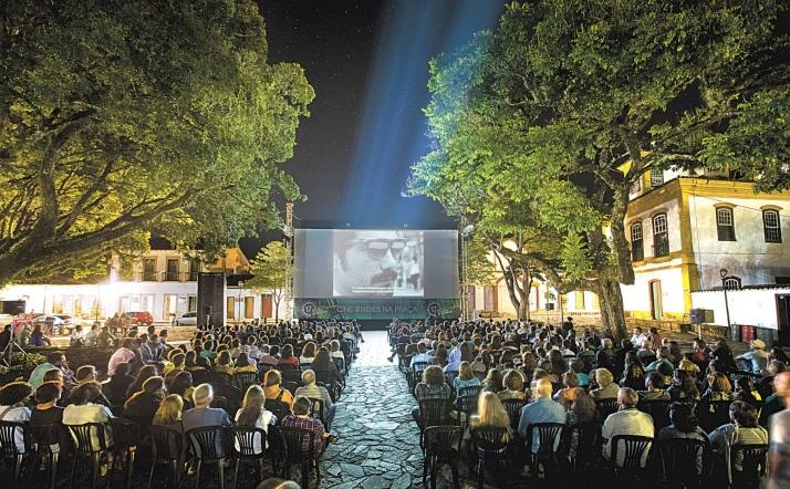 Festival de cinema de Tiradentes: telão na praça