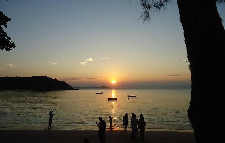 Melhores praias de Búzios: Pôr-do-sol na Praia da Tartaruga.