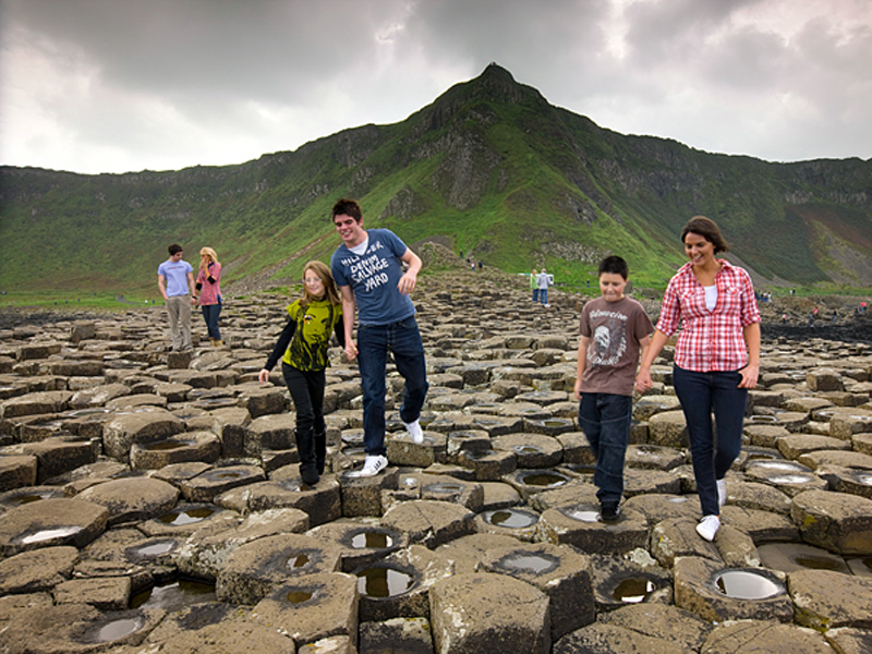 giants-causeway-northern-ireland-family_55260_600x450