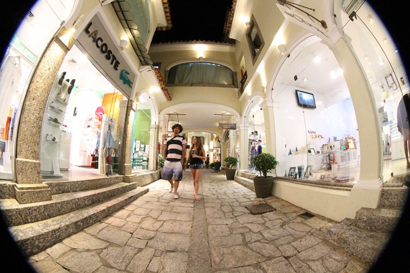 O que fazer em Búzios: caminhar pela charmosa Rua das Pedras.