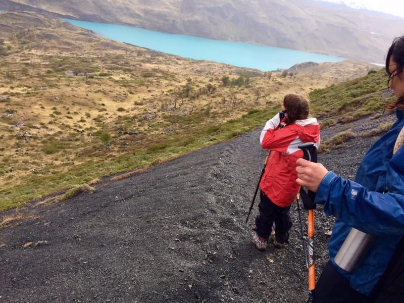 o que fazer em torres del paine: a trilha Paso de Agostini e o estreito de magallanes ao fundo