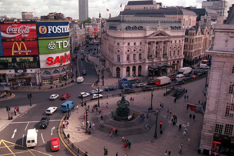 Compras na agitada Piccadilly, em Londres.