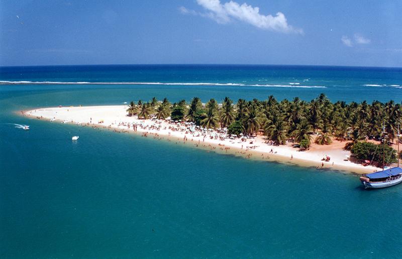 Praia do Gunga: a seta de areia adentrando no mar