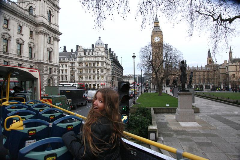 London Bus passando pelo Palácio de Westminster e Big Ben.
