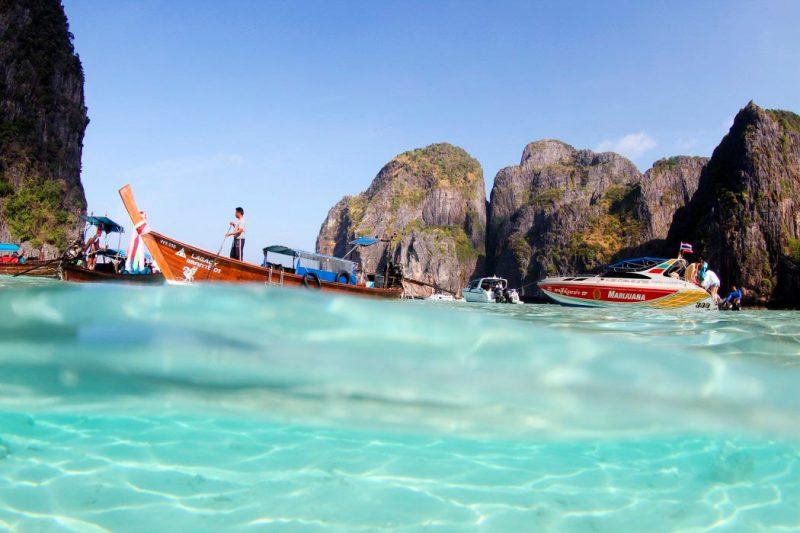 O que fazer em Ko Phi Phi: o passeio para Maya Bay, já por volta das 8h, com alguns barcos chegando