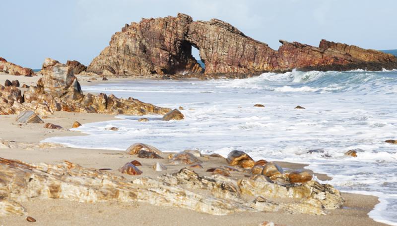 destinos baratos de praia no Brasil: pedra furada em jeri