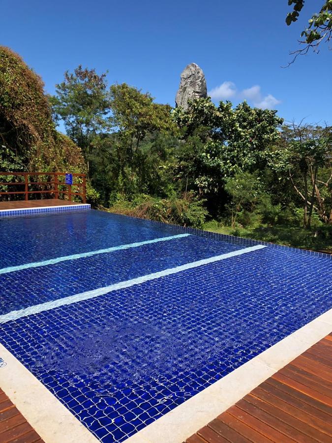 Onde ficar em Fernando de Noronha: a piscina da Pousada Lua Bela tem vista.