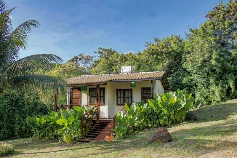 Os quartos da Pousada Simpatia da Ilha ficam espalhadas pela propriedade em Noronha.