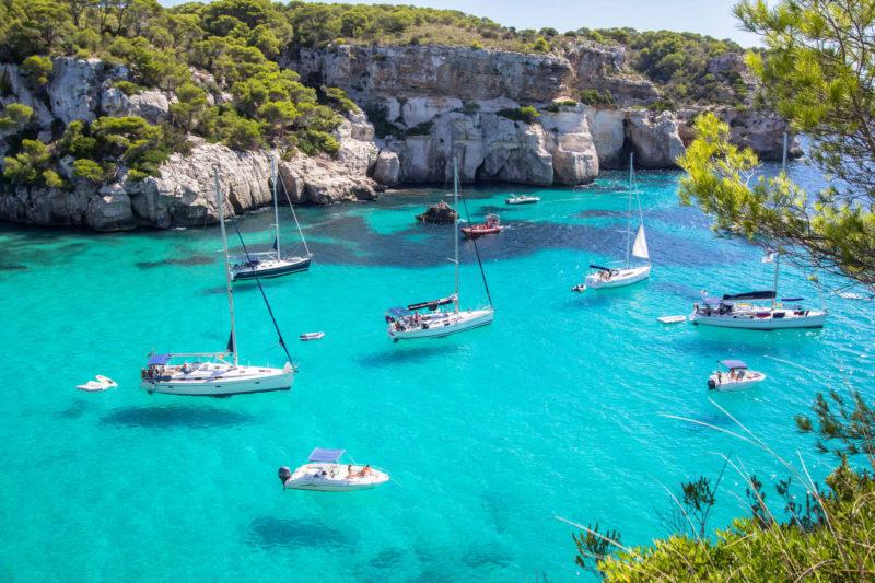 Fférias de julho na europa: Menorca tem dezenas de calas de agua azul e transparente