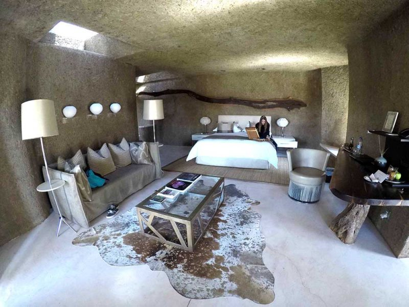 O interior do quarto no Earth Lodge