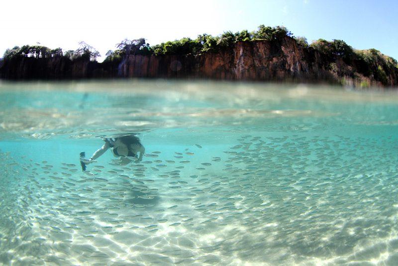 A praia do Sancho: mar azul e falésias