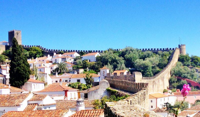 O que fazer em Portugal: A Muralha de Óbidos contorna a cidade medieval
