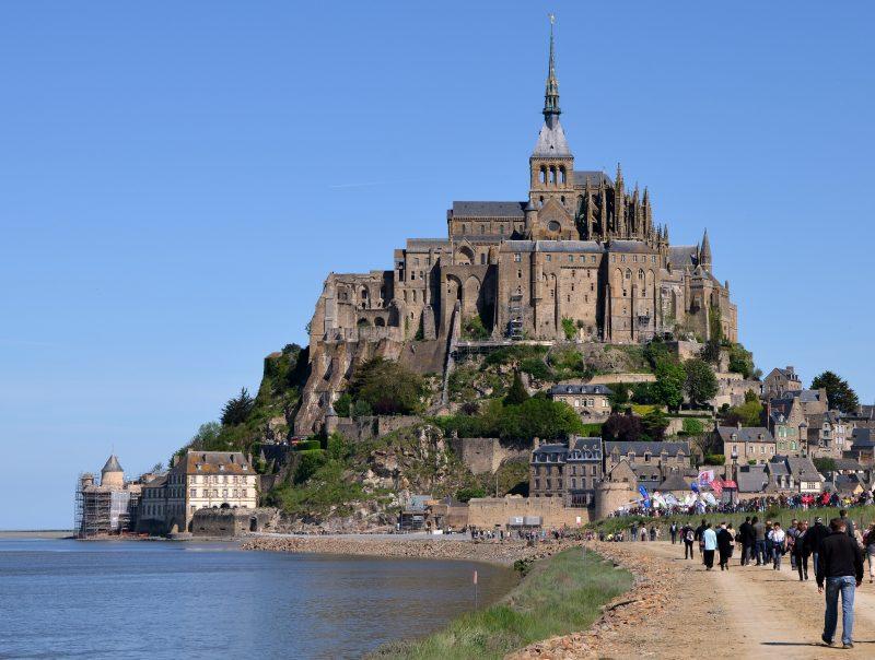 A vista clássica do Mont Saint Michel, e o caminho com a maré baixa