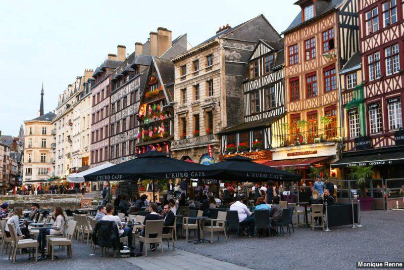 A praça Praça Vieux Rouen, cheia de cafés