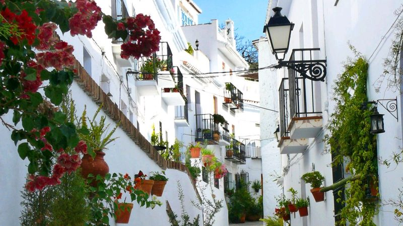 A arquitetura típica de casas brancas floridas de Frigiliana, em Andaluzia.