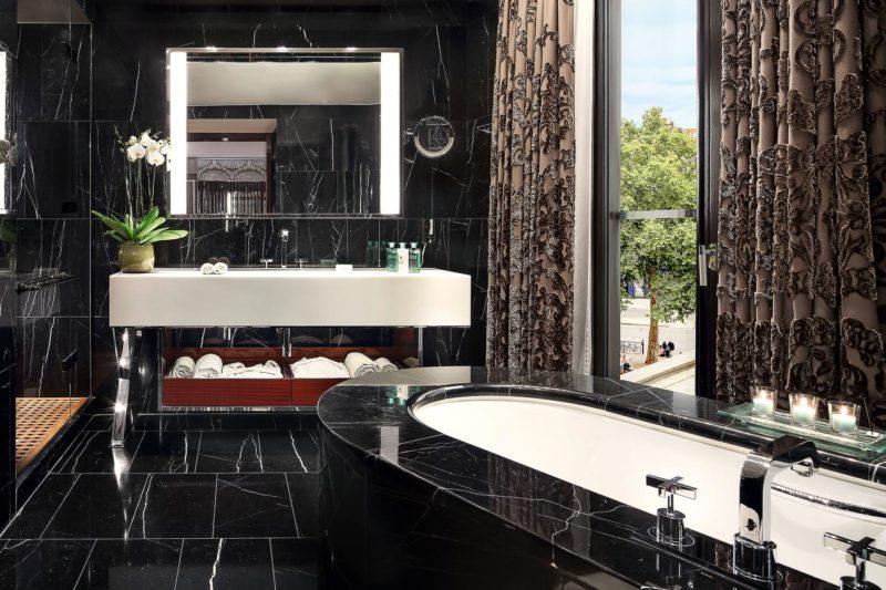 o banheiro de mármore Carrara do Bulgari