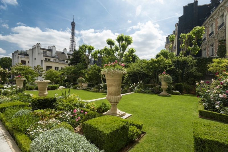 Até do jardim do Shangri-La dá para ver a Torre Eiffel.