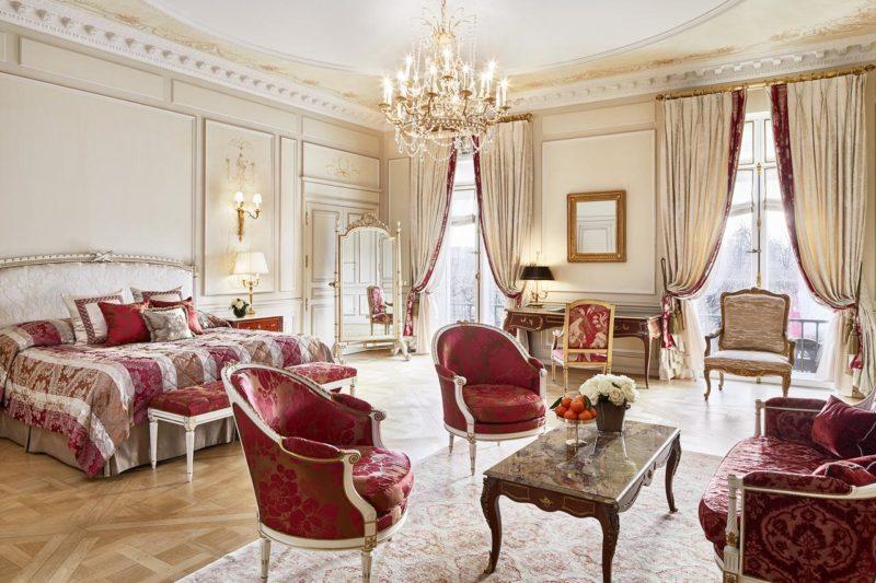Le Meurice traz o estilo imperial para as acomodações do hotel.