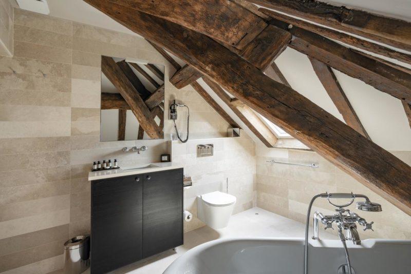 Onde ficar em Paris: banheiro amplo do Hôtel Le Presbytère.