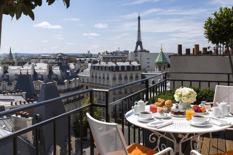 Café da manhã do Hôtel San Régis servido na varanda e com vista para a rua.