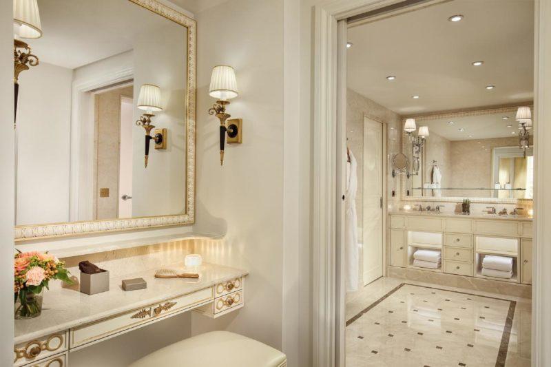 Bairros para ficar em Paris: Splendide Royal Paris tem banheiros grandes e clássicos.