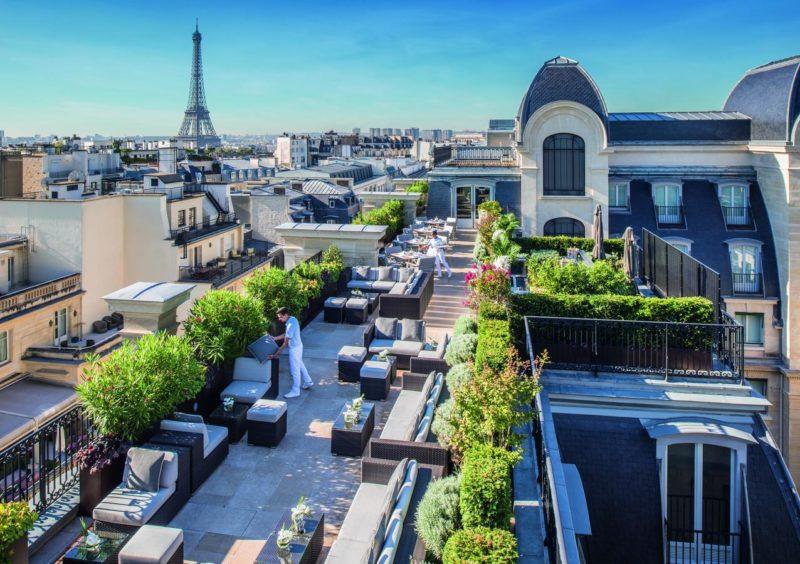 O incrível terraço do The Peninsula: conforto e vista para a Torre Eiffel.