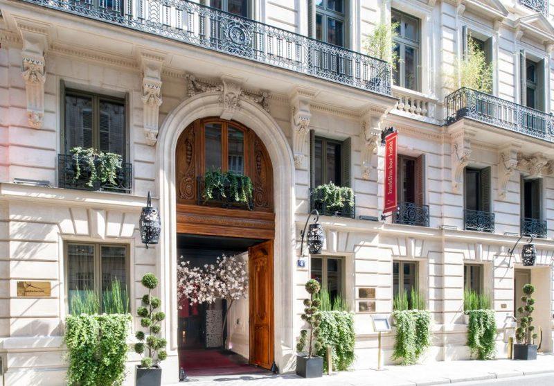 Hotéis em Paris: a faixada histórica do Buddha-Bar Hotel Paris.