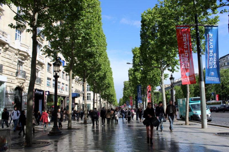 A famosa avenida Champs-Élysées em Paris.