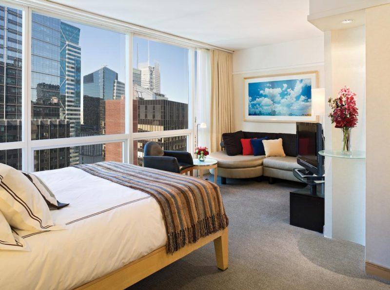 hoteis na times square : os quartos com sofá e janelões do Millenium