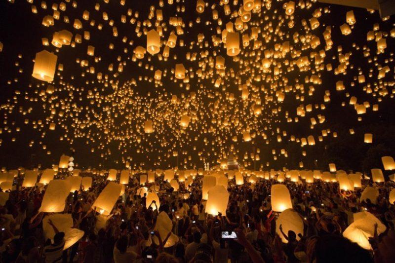 Milhares de lanternas sendo lançadas ao céu em Chiang Mai