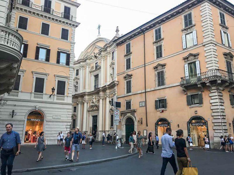 A rua com lojas onde fica o Hotel de Russie, nosso QG em Roma