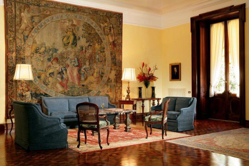 Hoteis de luxo em Roma: Obras de arte e tapeçarias do acervo da familia decoram o hotel