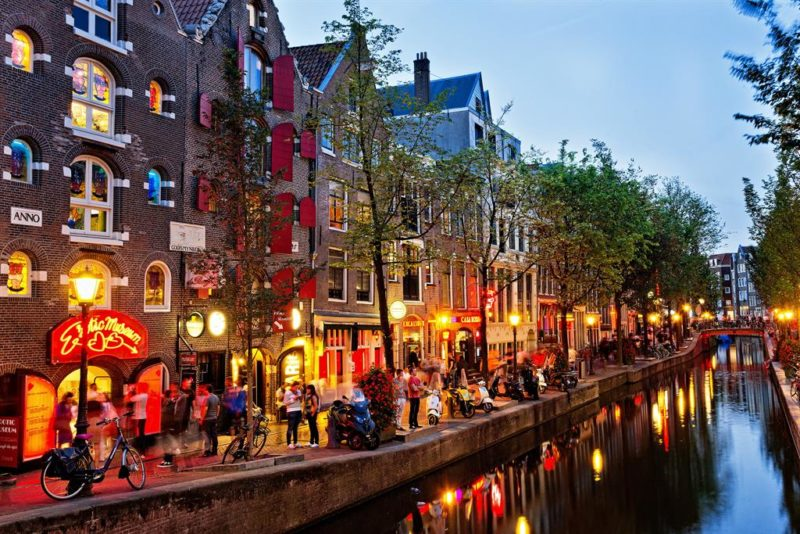 O Red Light District, que guarda alguns dos prédios mais antigos de Amsterdã