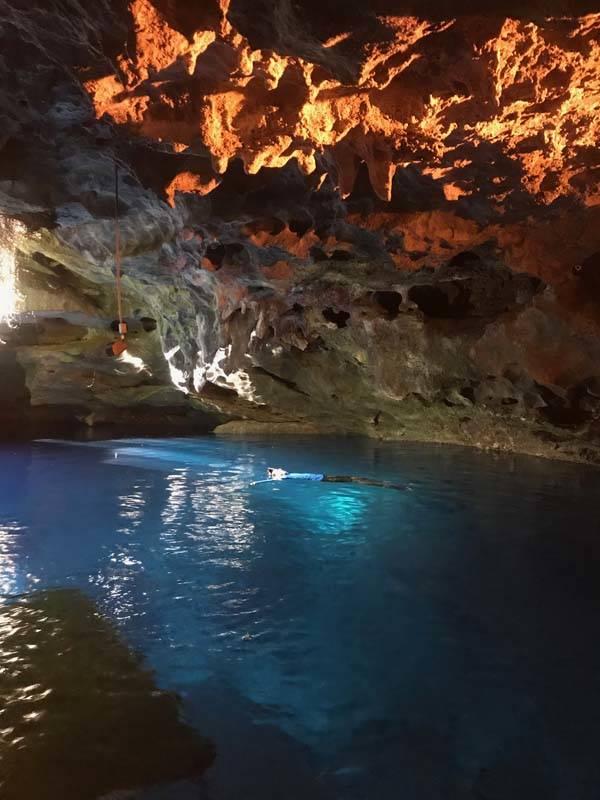 Dentro da caverna a água é quentinha