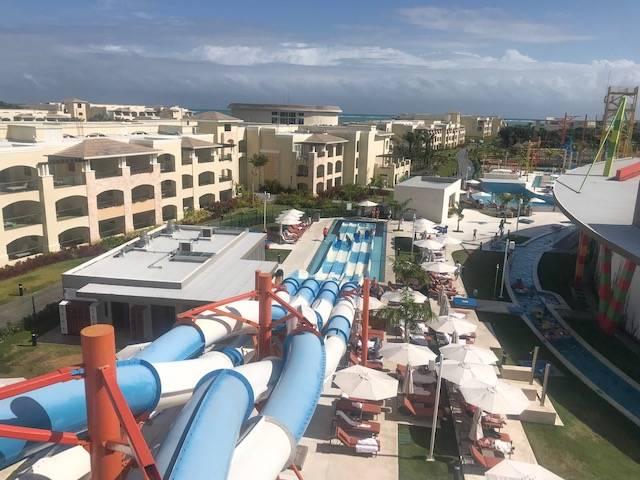 O hotel ainda tem um parque de águas sensacional. E fica na beira da praia