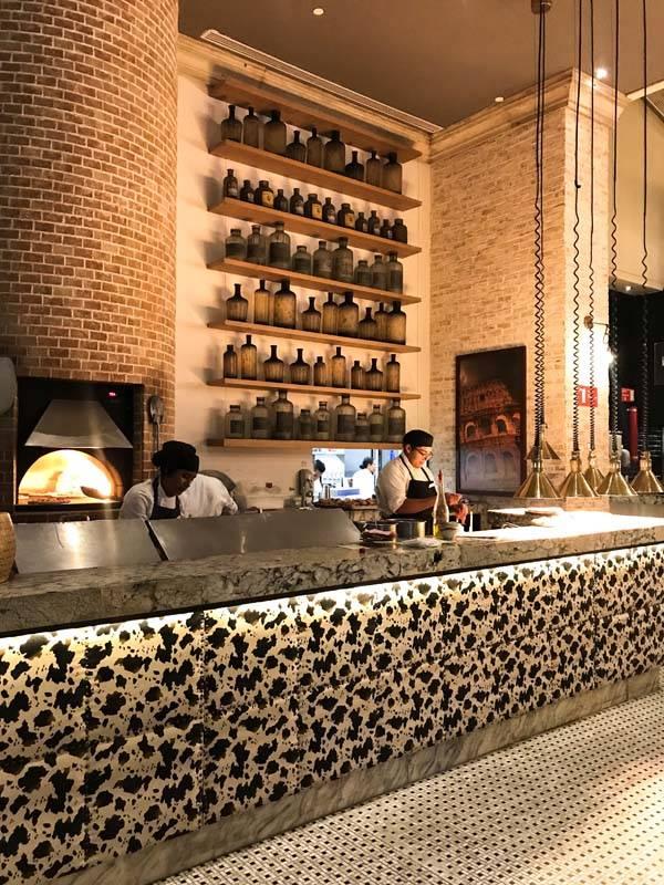 Pizzas na lenha em um dos dez restaurantes do The Grand at Moon Palace. A comida é deliciosa