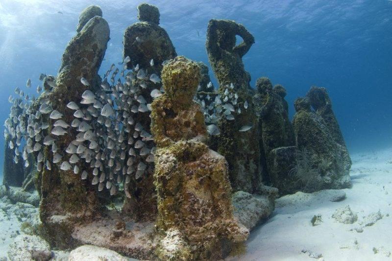 Umas das dezenas de esculturas que formam o MUSA Cancun