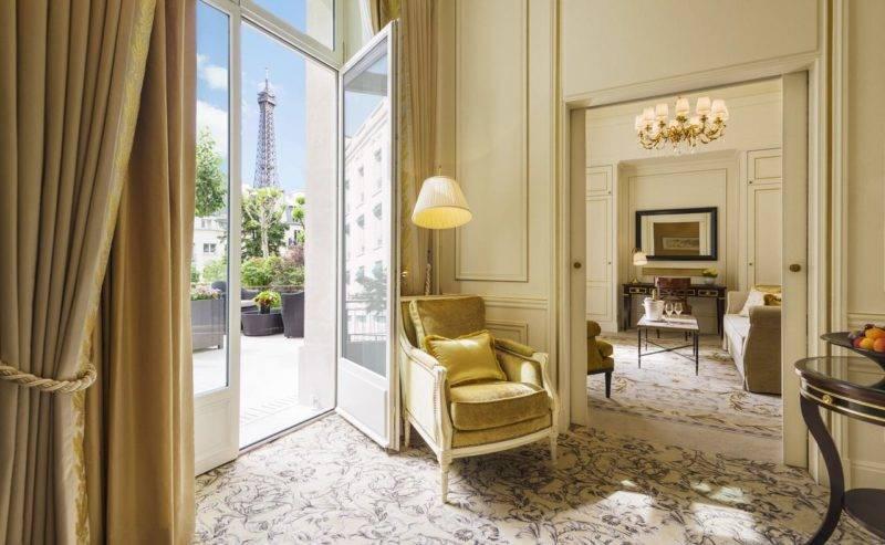 A suíte terrace do Shangri-lá. com a vista para Torre Eiffel