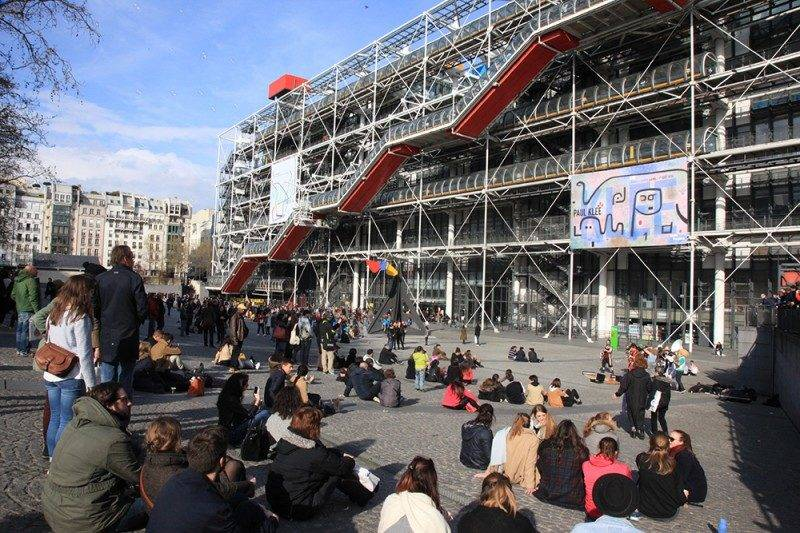A festa no imenso pátio em frente ao Pompidou/Beaubourg