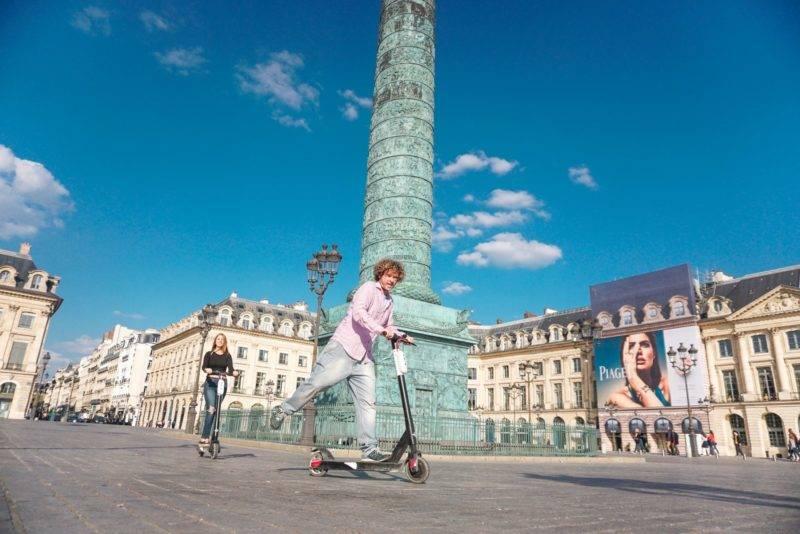 A linda Place Vendôme: você pode fazer o percurso de patinete