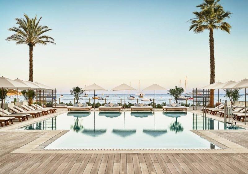 Hotéis para a família em Ibiza: área da piscina do Nobu Hotel Ibiza Bay.