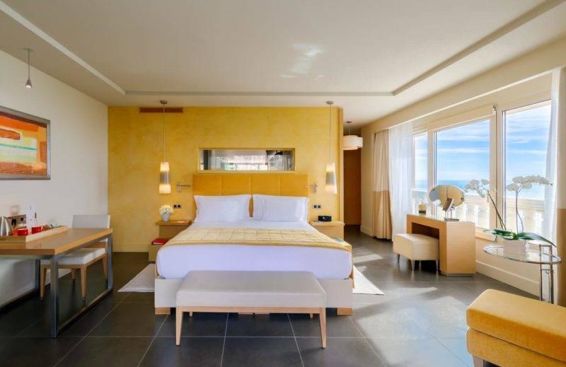 Hotéis em Mônaco: quarto amplo e com vista do Monte-Carlo Bay Hotel & Resort.