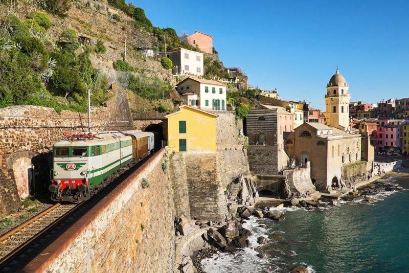 Roteiro Itália: Trem que liga as 5 cidades de Cinque Terre.