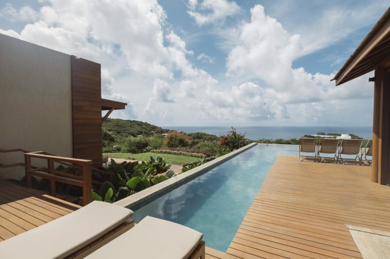 Hotéis em Fernando de Noronha: piscina externa da Colina Pousada SPA.