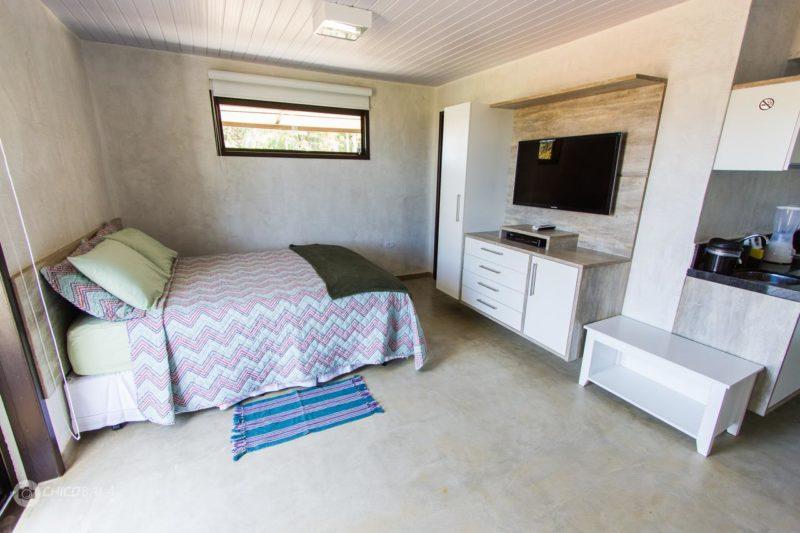 Pousada Fernando de Noronha: Flats Baia dos Porcos com quarto e sala integrados.