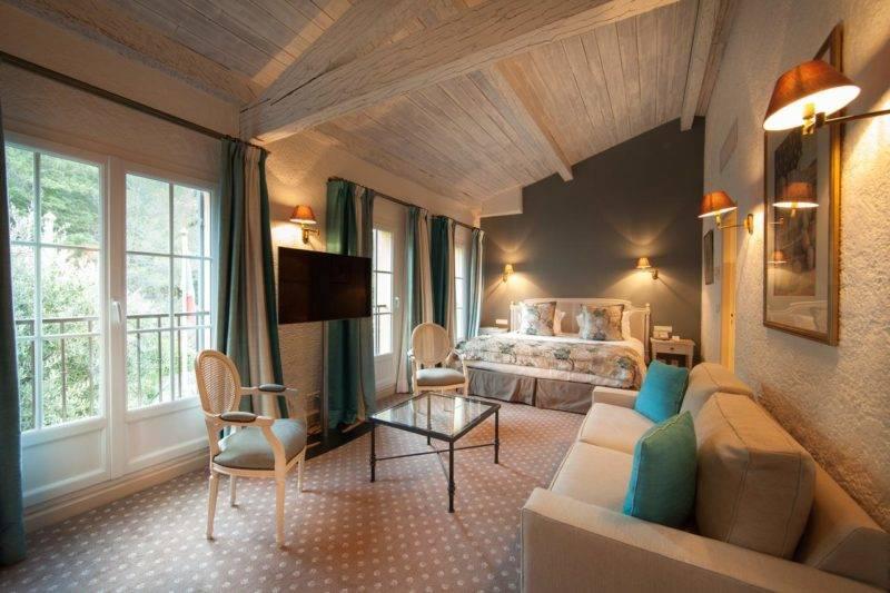 Melhores hotéis de Saint Tropez: amplo quarto do Hotel Byblos Saint-Tropez.