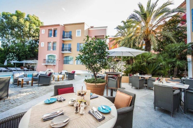 Onde se hospedar em Saint Tropez: área aberta do Hotel Byblos Saint-Tropez.