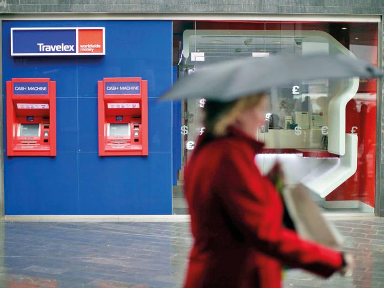 Quanto custa viajar para Londres: pela cidade há caixas eletrônicos para saque internacional.
